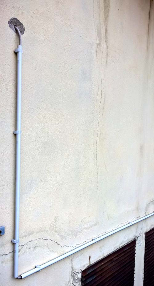 Kabel im Rohr an der Außenwand | Der Shopblogger